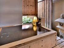 「温泉露天客室」の客室専用露天風呂の一例。源泉かけ流しです
