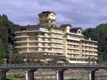三朝川の眺望随一の風呂と庭園が自慢の老舗旅館。 大小12ヶ所のお風呂がお楽しみいただけます。