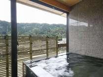 【露天風呂付き特別室:呉竹】露天風呂(開閉可能) ※温泉使用