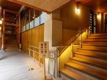 【右の湯】浴場内の廊下と階段