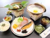 【朝食】飛騨名物朴葉味噌、焼魚、漬物など、種類豊富なおかずでごはんがどんどんすすむ和朝食です。