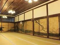 平成24年3月に修復を終えて当院に戻ってきた、重要文化財の襖絵。小栗宗丹の描いた貴重なものです。