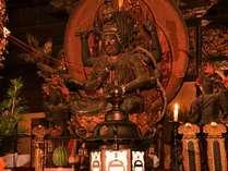 """*本堂/恋愛成就や結婚、出産などを祈念する仏様""""愛染明王(あいぜんみょうおう)""""を祀っています。"""
