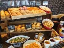朝食ビュッフェは種類豊富なパンやマフィンが並びます。