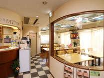 優しい光が差し込む明るい食堂&フロント