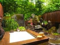 岩と緑に囲まれた露天風呂