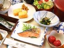 女将お手製の和朝食。手作りの 梅干しやお漬物はご飯が進みます。
