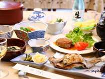 夕食は山の幸を中心とした女将の田舎料理。