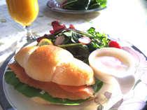 朝食の例(スモークサーモンのロールサンド)