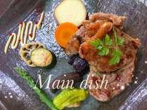 夕食の肉料理の一例/ 夕食はサラダ・前菜・スープ・パン・メインディッシュ・デザートのコースです