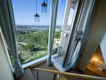 メゾネットの特徴は天井まで続く窓と部屋の中に階段があり中2階建てになってお子様にも大人気