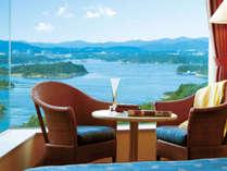 上階の洋室タイプのお部屋からは志摩の美しい景色を一望する