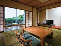 壮大なる伊勢志摩国立公園を望む和室。朝はテラスに出て自然の香りを存分に楽しんでみては