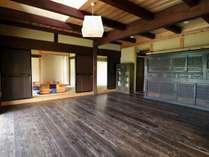 14畳の広間です。組み立て式の大きな机を広げると大人数にも対応可。大きな窓から庭を一望できます。