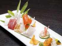 *ご夕食(前菜一例) 季節の和洋を織り交ぜた「折衷会席」は1品毎お席へ。地元銘酒と共にお楽しみください