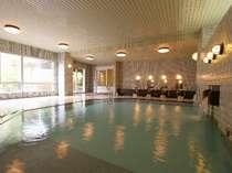 """【温泉大浴場】清潔感溢れる大浴場のたっぷりの湯で、心身ともに""""のびのび""""リラックス。"""