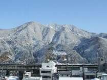 白銀の山々。冬は街中が真っ白に染まります。