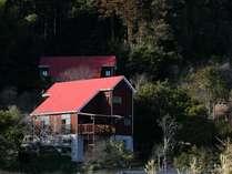 山の傾斜に4棟の客室を持つファームイン南房総杉田棟。ワンちゃんもOK