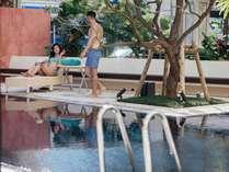 都会の中で開放的な屋外プール。