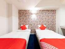 お部屋は、とても明るくお洒落なデザインとなっており、ふかふかベッドでぐっすりお寛ぎ頂けます。
