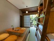 畳と和紙の壁からぬくもりを感じるお部屋。障子を開けると坪庭からの景色を取り込めます。
