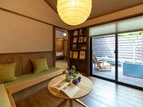専用のテラスとリビングが備わったお部屋。モダンな空間に和紙照明や畳の椅子が和の雰囲気を加えます。