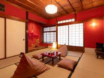 金沢の伝統的な朱色が美しい和室。意匠を楽しみながら憩いの時間を過ごすことができます。