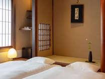小間が設けられた広々とした和室。障子と畳に包まれた落ち着きのある空間でゆっくりとお休み頂けます。