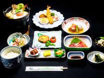 料理長こだわりの和食創作料理【白樺膳】全8品。季節により内容が変わることがあります。