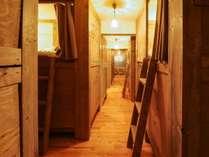 男女共用のバンクベッドルーム