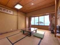 *和室10畳(客室一例)/ファミリーにオススメのお部屋。潮騒をBGMに団欒のひと時をお過ごし下さい。