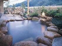 男子露天風呂 東の荘中2階 16時~翌朝9時まで入浴できます。夜中の照明は少し暗くなります。