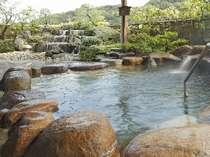 露天風呂より、滝を眺めながらのご入浴。いいものです~男子露天風呂