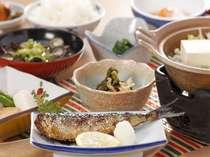 当館の基本的な朝食となります。宍道湖産しじみの味噌汁は名物です☆~内容は変更等ございます~