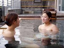 仲間と湯に浸かれば、自然の会話も弾むはず