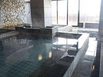 湯けむり立ち込める内風呂の広々とした浴槽。思うまま手足を伸ばしてお寛ぎください♪