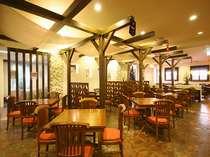 【メインレストラン】オリエンタル調の雰囲気でまとめられた店内で、沖縄創作料理を召し上がれ。