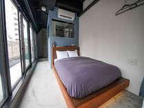 ダブルルーム(2名様対象)はダブルベッド×1台を完備 ホテル&ホステルKIKKA東京