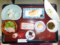 *玉子に焼き魚にサラダ等の和定食をお召し上がりください。(朝食一例)