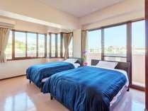 <3階>ぐるりと囲んだ明るい窓が特徴。主賓室にはセミダブルベッドが2台。バスルーム2つ。