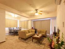 <3階客室・定員6名>皆で集まれる広々リビング。オーナーが心を込めて育てた南国の花々が見事に飾ります