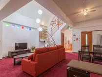 <4階客室・定員4名>ホテルのスイートルームクラスの広いリビング。メゾネット構造の造りが斬新です。