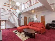 <4階>ホテルのスイートルームクラスの広いリビング。メゾネット構造の造りが斬新。
