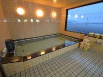 最上階にある浴室(男性用)。24時間入浴OK。おススメは日本海を一望できる早朝!