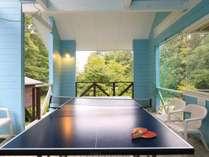 テラスに設置された卓球台