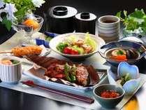 夕食の一例です。和食をご賞味頂きす。魚介類のほう葉みそ焼きがご好評を頂いております。