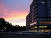 夕陽に染まる大江本家。