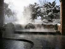 殿方露天風呂 冬景色 川のせせらぎと雪あかり