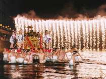 温根湯温泉まつりに行う「川神輿」神輿を担いで川の中を練り歩くのは圧巻です。花火打上も行われる。