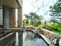 木漏れ日あふれる昼間の露天風呂。ほんのりと香る硫黄の香りに癒されるひとときをお過ごしください。